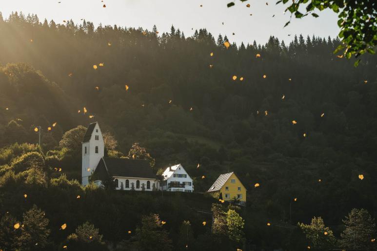 Ein Bild von einer Kirche am Berg
